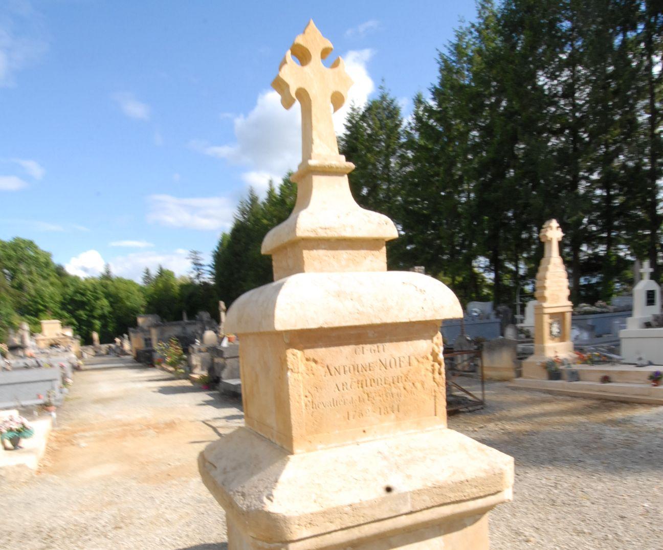 zoom sur une stèle en pierre jaune du Cimetière de Montignac