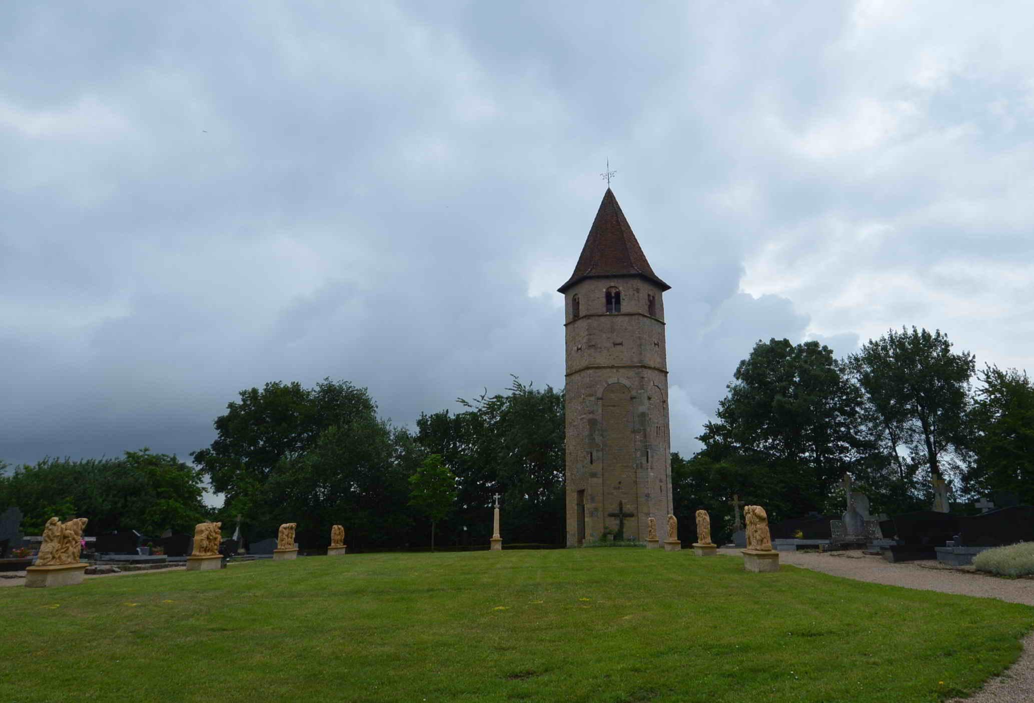 tour de l'église du cimetière de Boust 57570