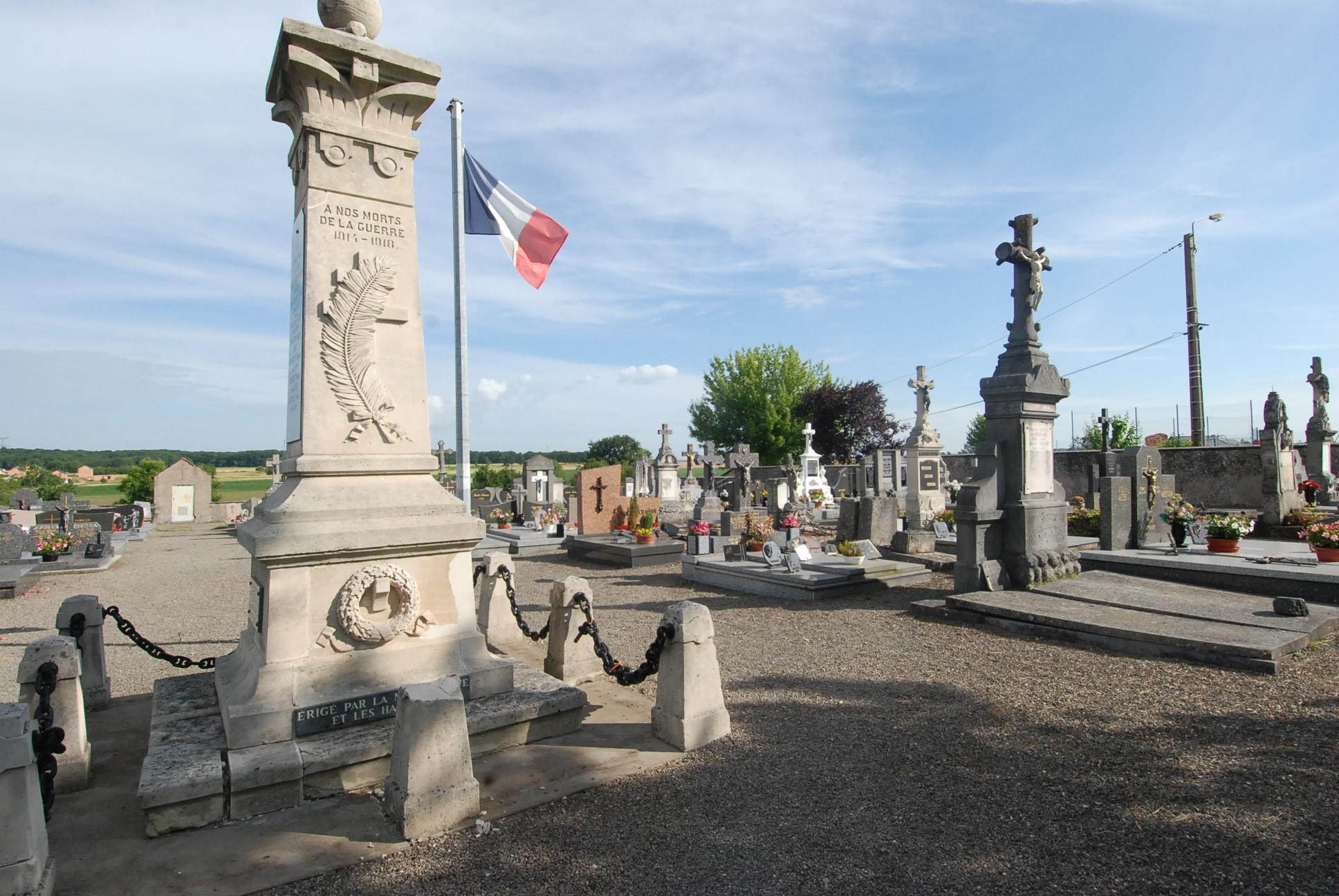 monument au morts et Cimetiere de Metzeresche 57920
