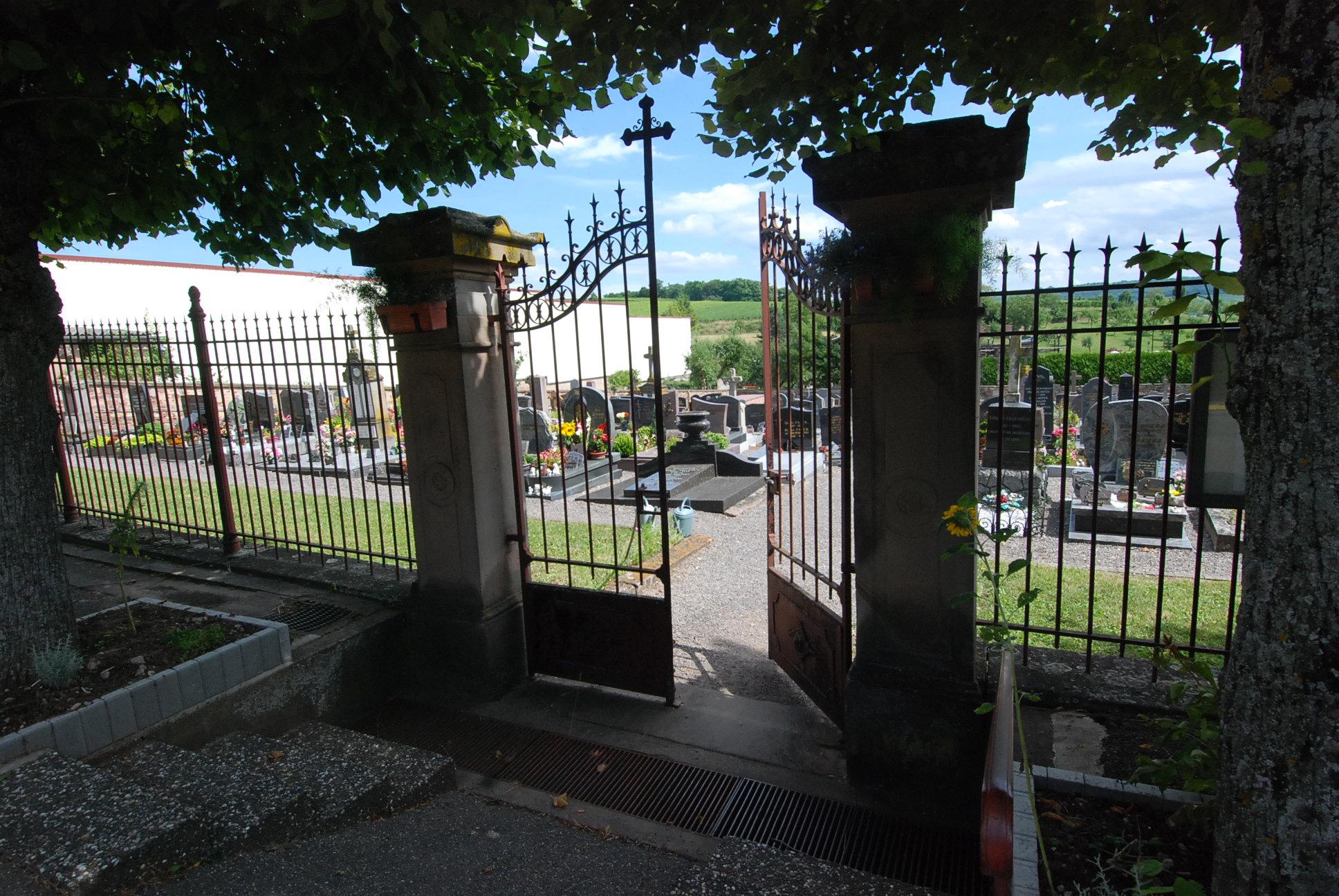 porte d'entrée ouverte du cimetière de Balbronn