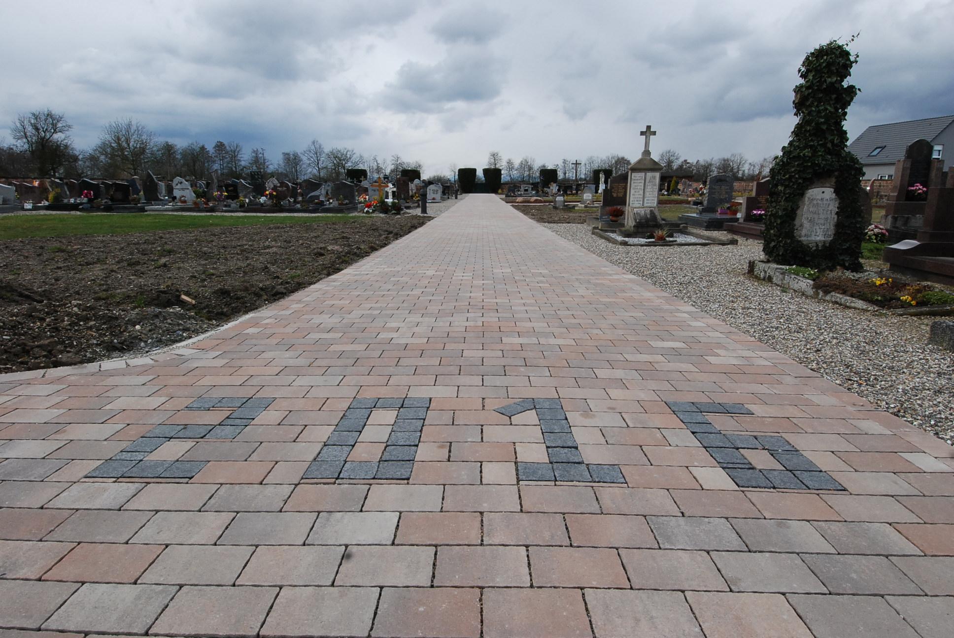 allée centrale du cimetière de Boofzheim marquée 2016