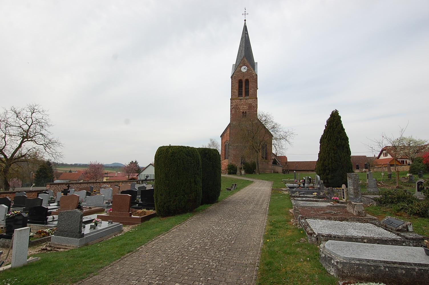 allée du cimetière menant à l'église de obersoultzbach