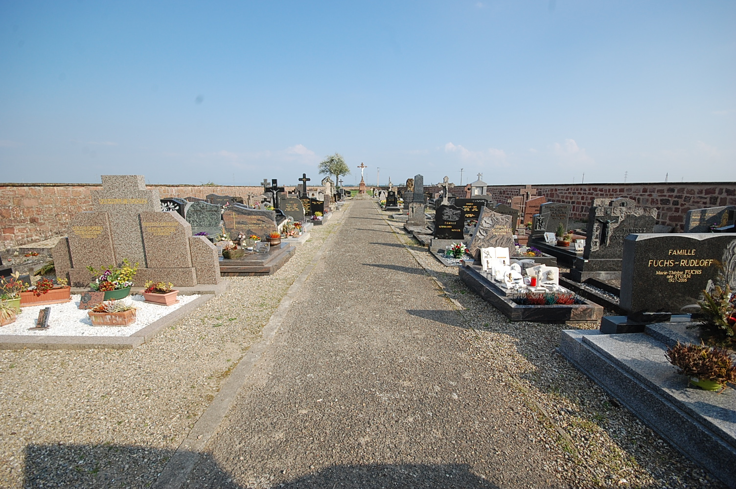 allée centrale du cimetière de uttenheim