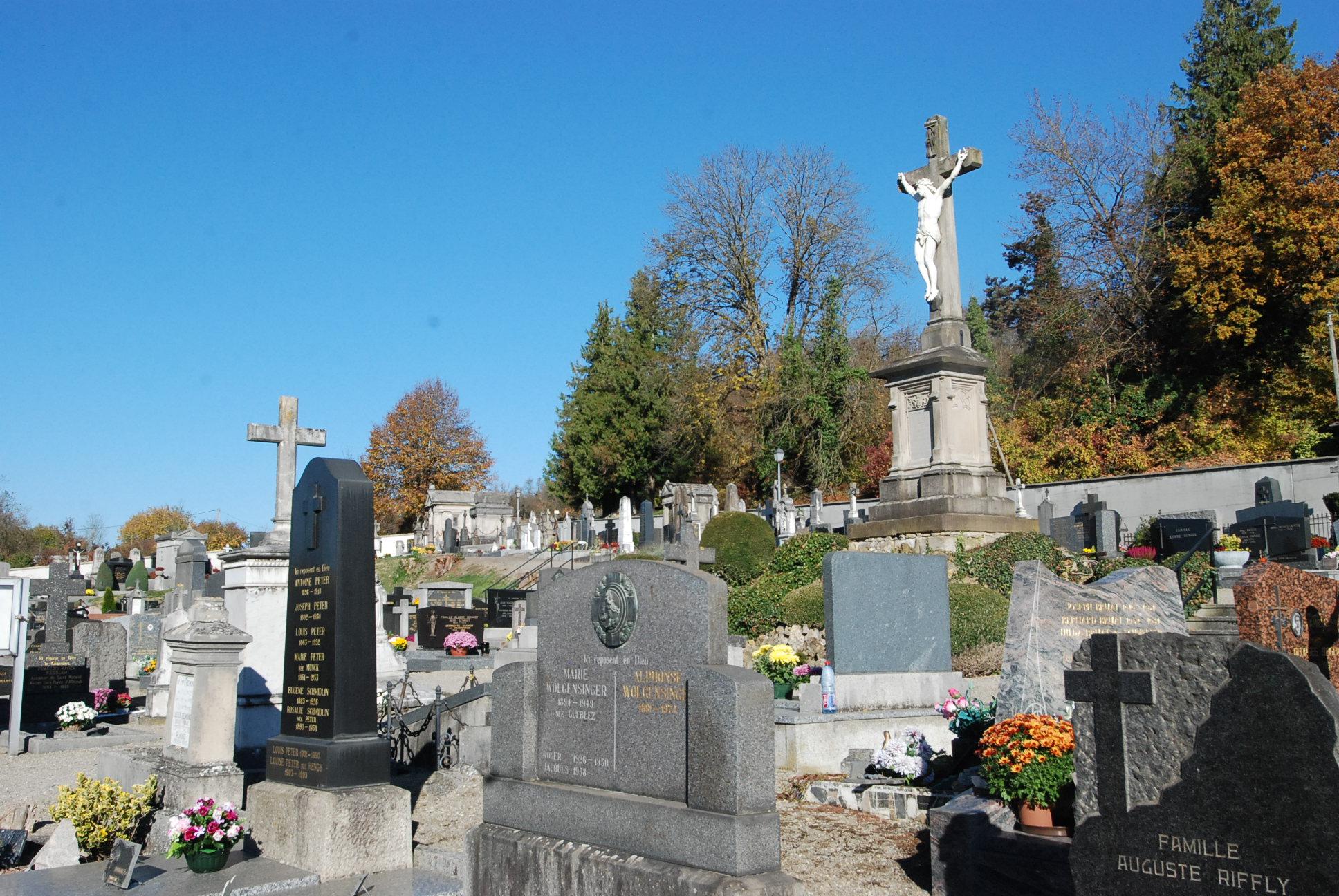 stèles et crucifi du cimetière d'Altkirch