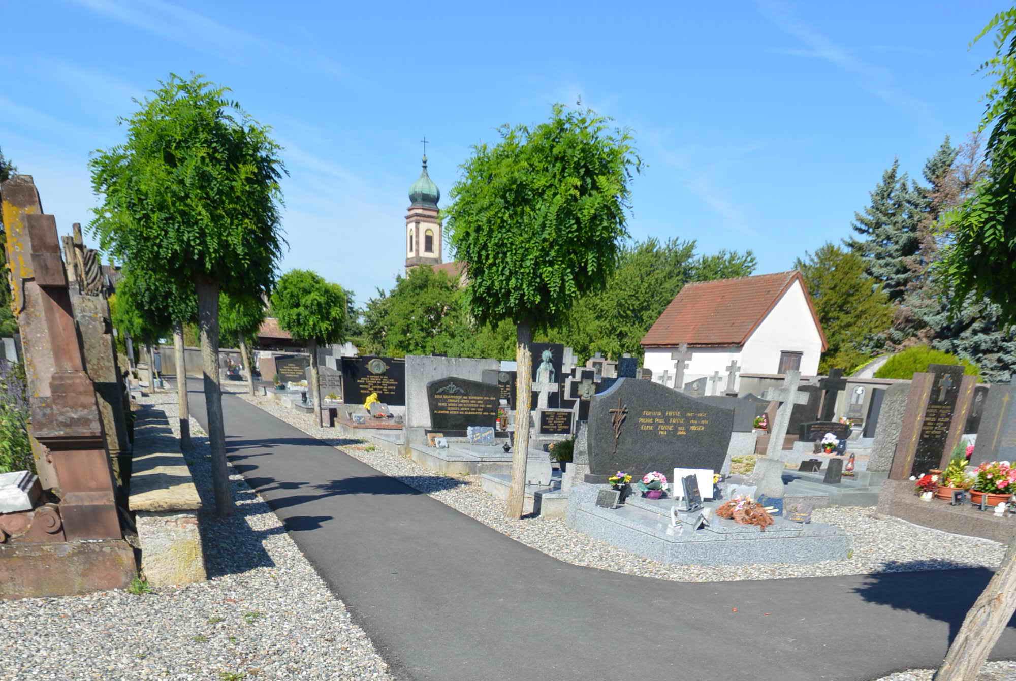 croisement de deux allées dans le cimetière de Bollwiller
