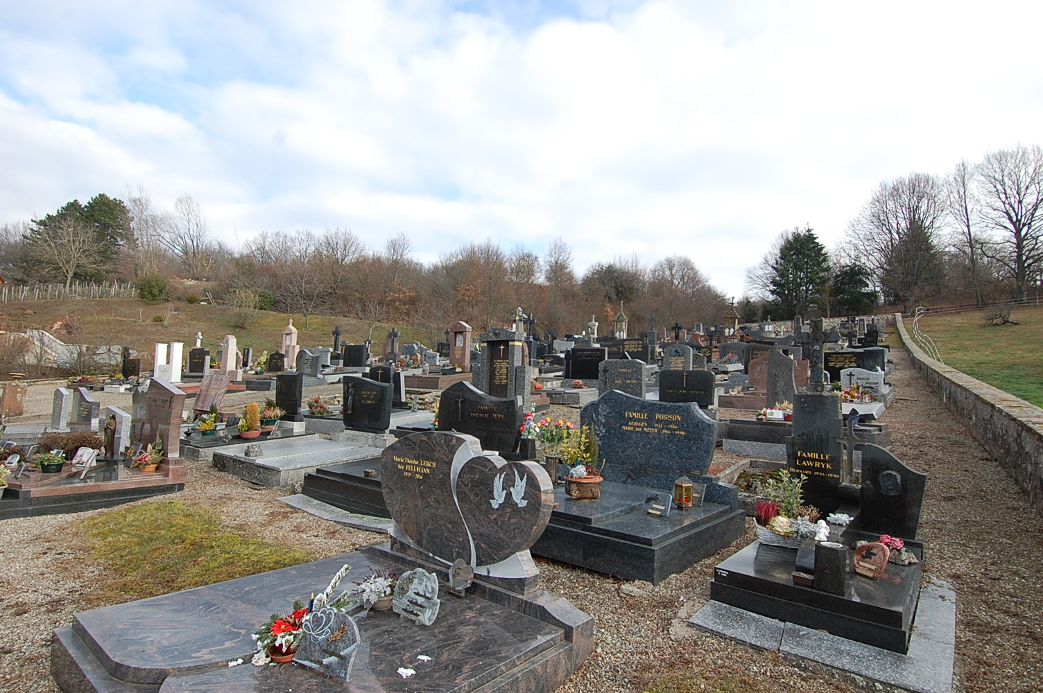 vue en plongée vers le cimetière de Bourbach-le-Bas