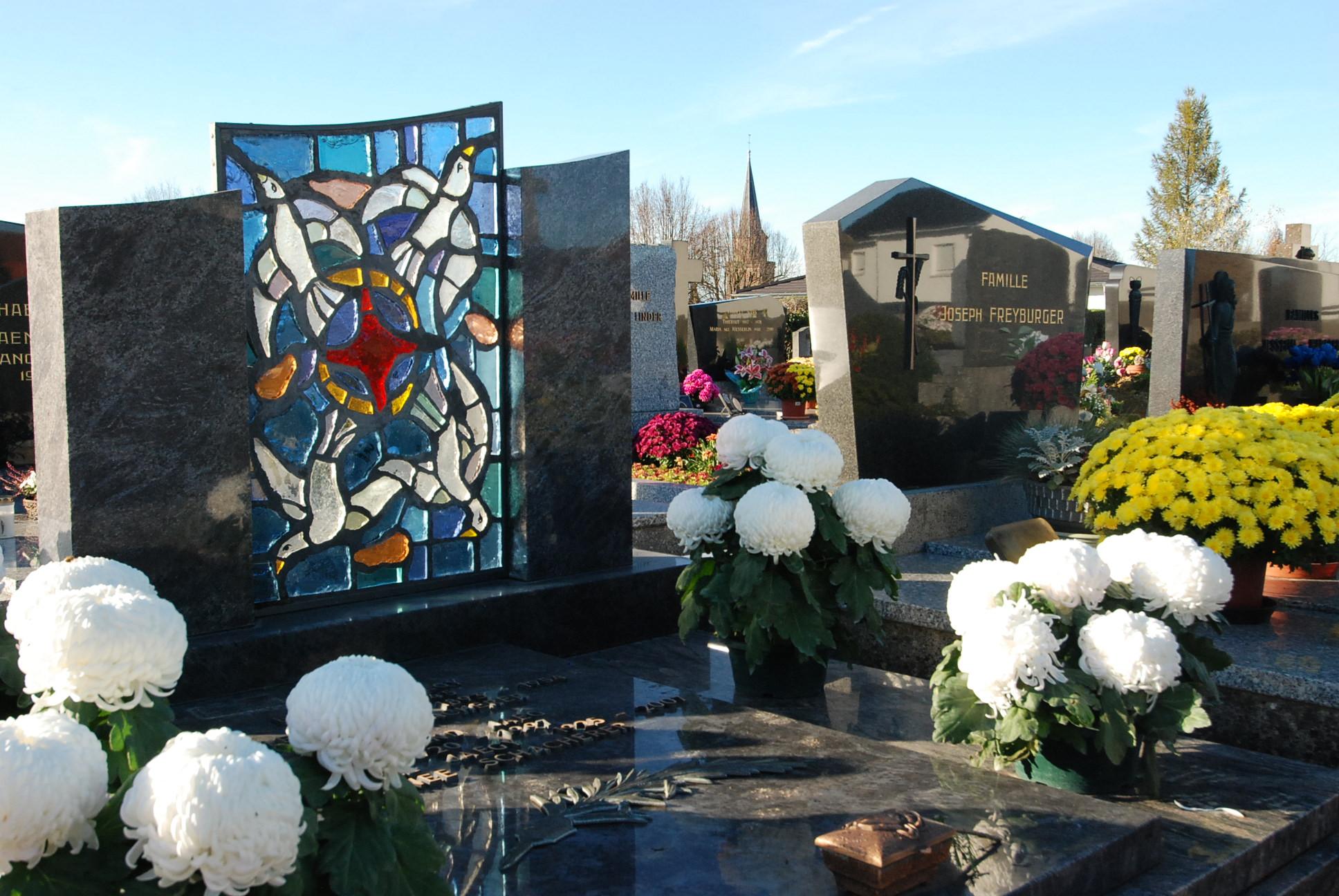 vitrail d'une sépulture du cimetière de dannemarie