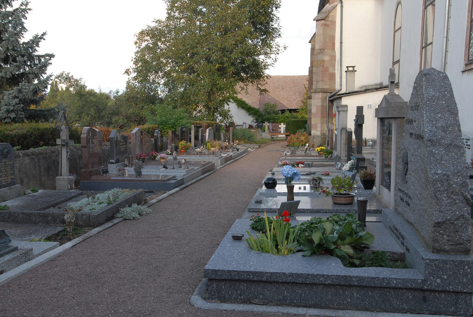 allée du cimetière de Feldkirch adossé à l'église communale