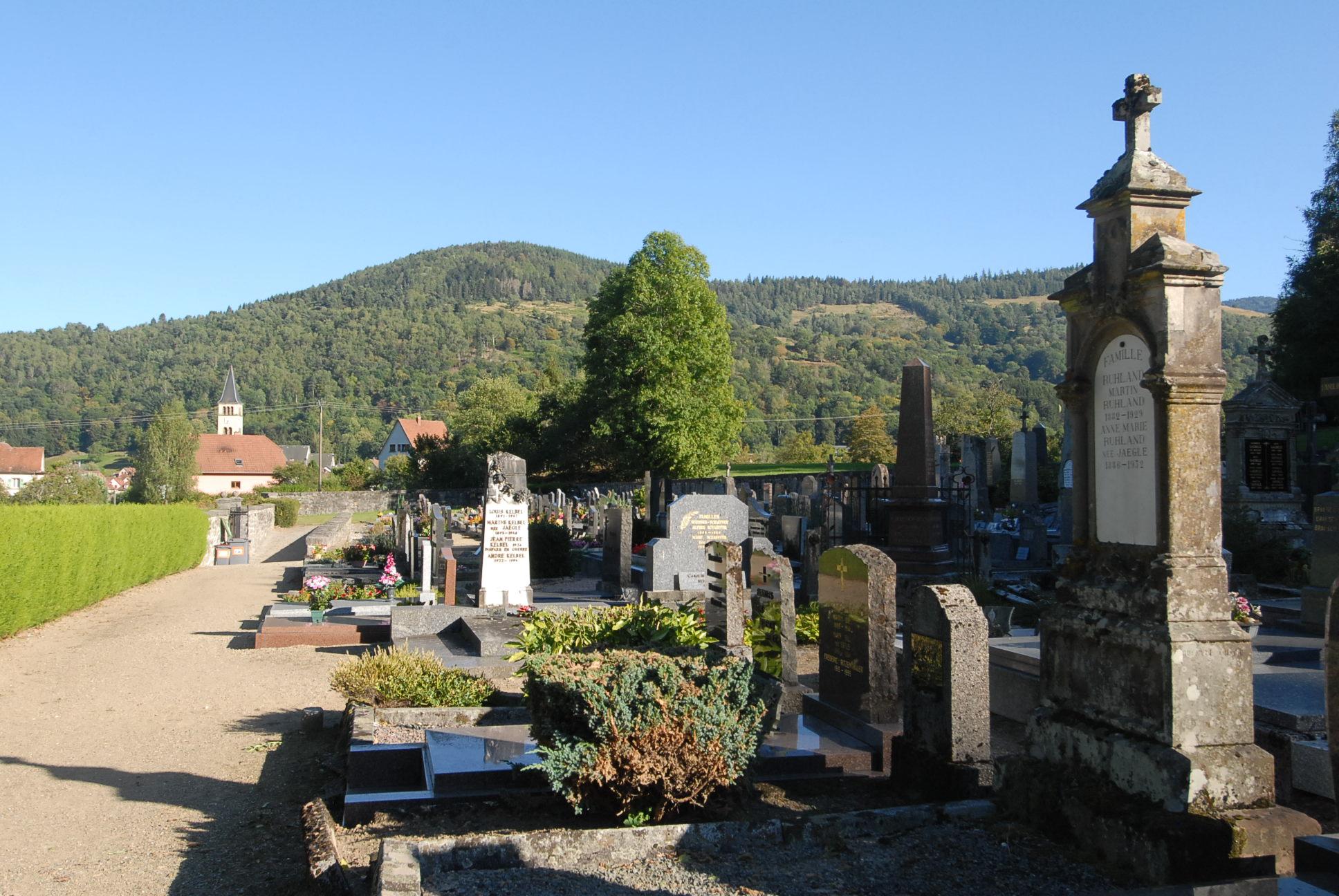 vue sur la colline et cimetière de Metzeral