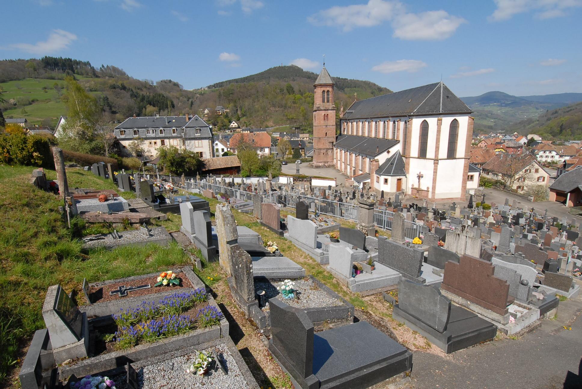 vue contre plongée du Cimetière d'Orbey et son église