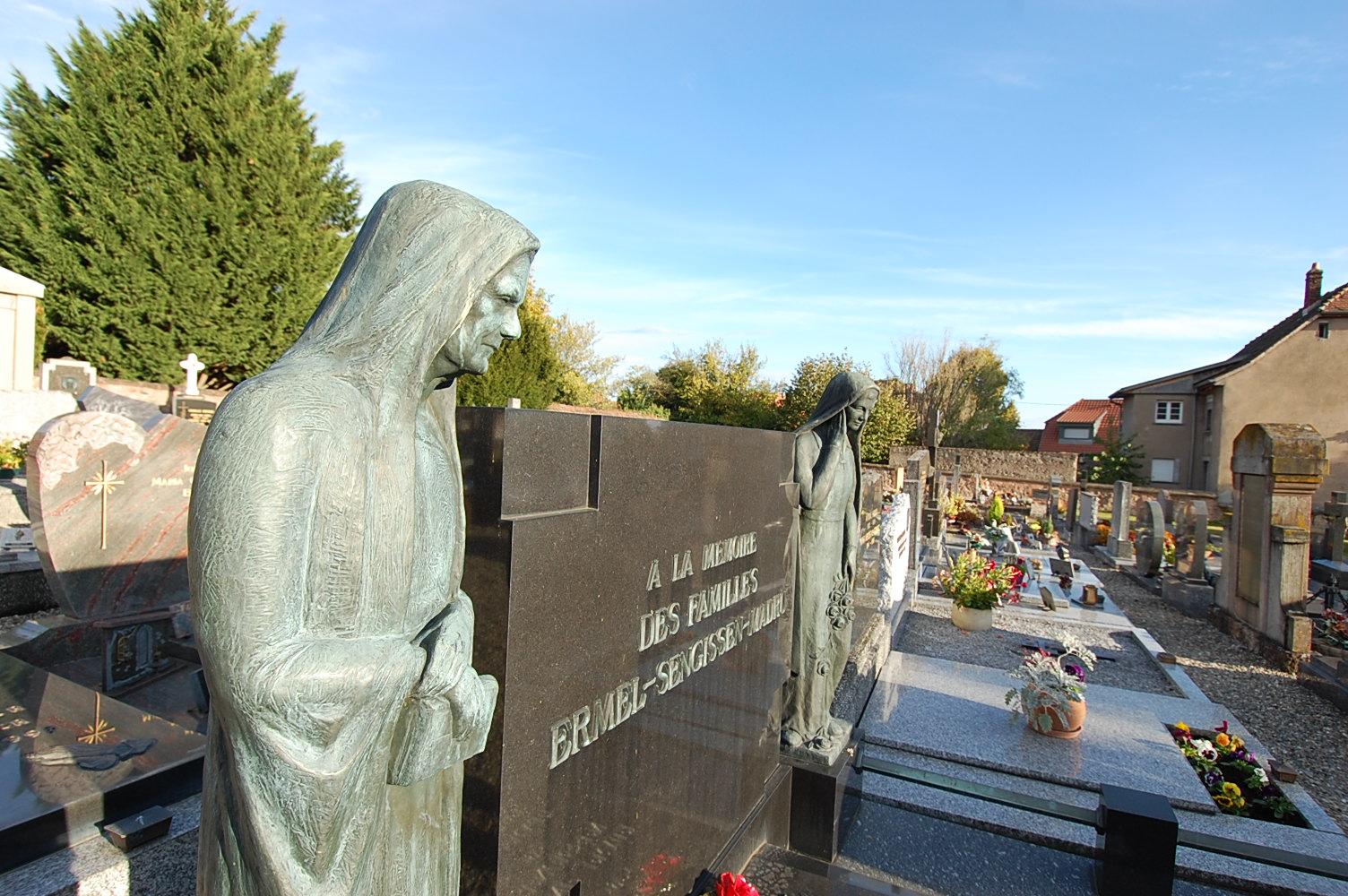 zoom sur une épitaphe avec statue au cimetière de wattwiller
