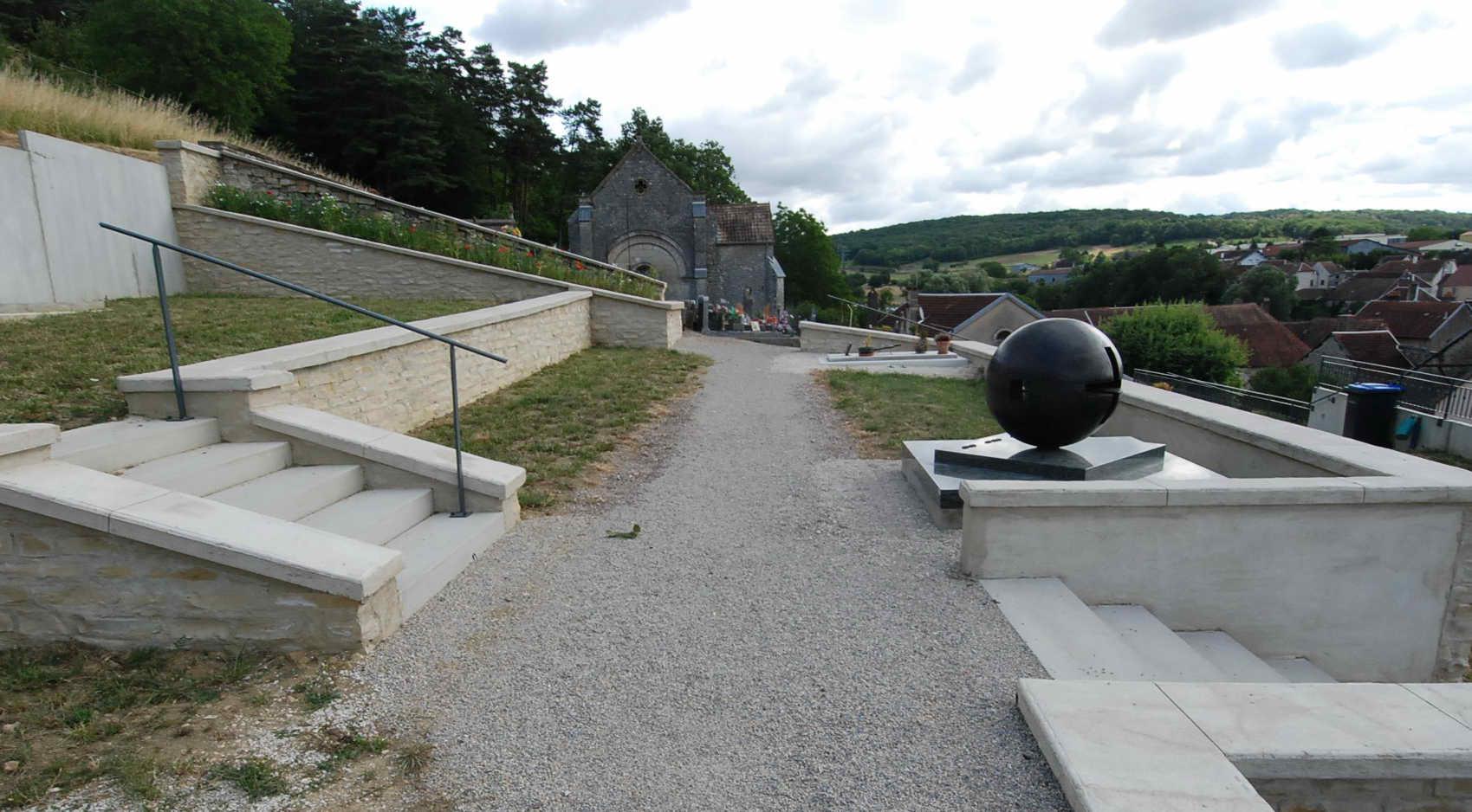 allée entre deux ascaliers du cimetière de Charcenne 70700 et son extension réalisée en 2015