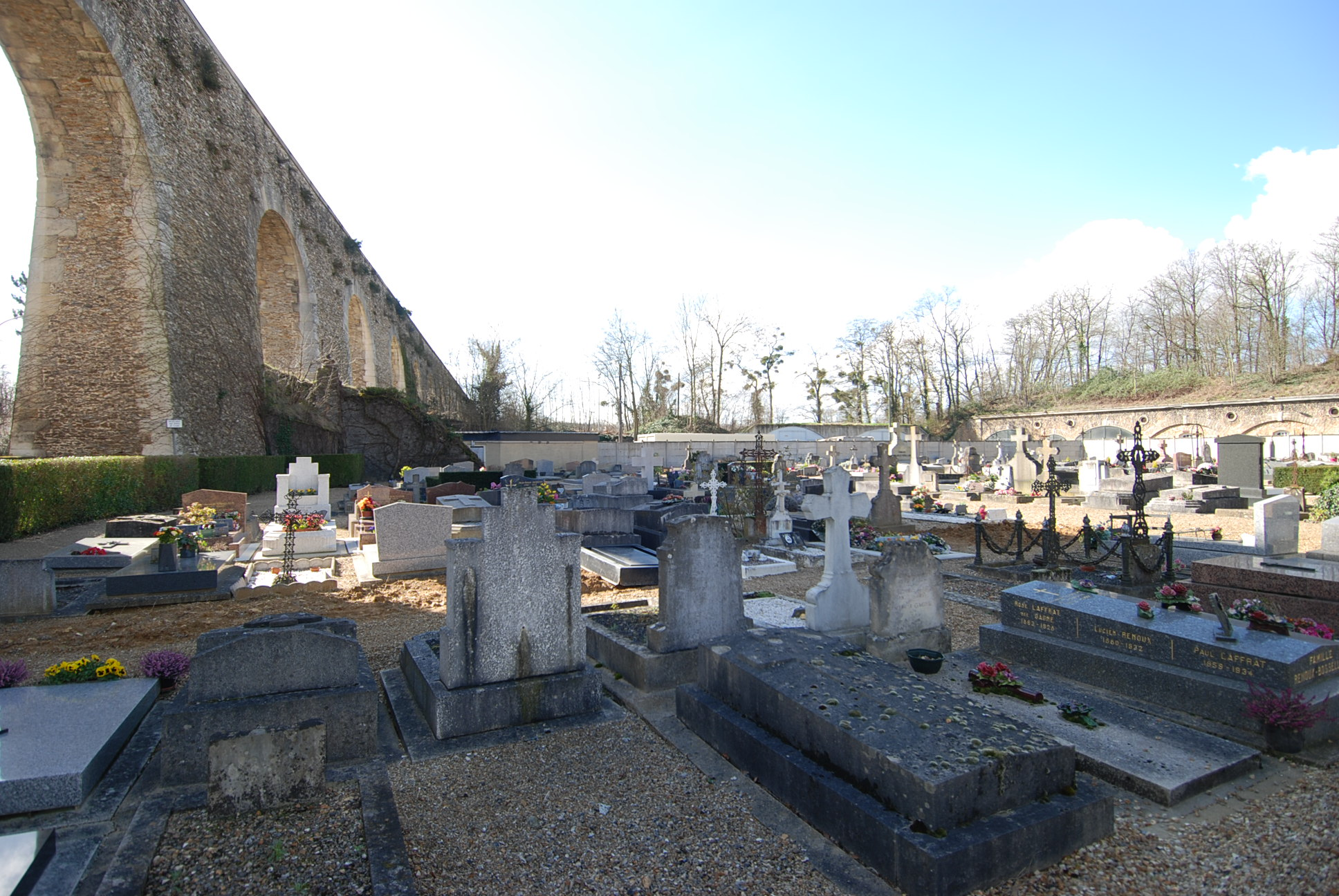 cimetière de Louveciennes sous l'aqueduc