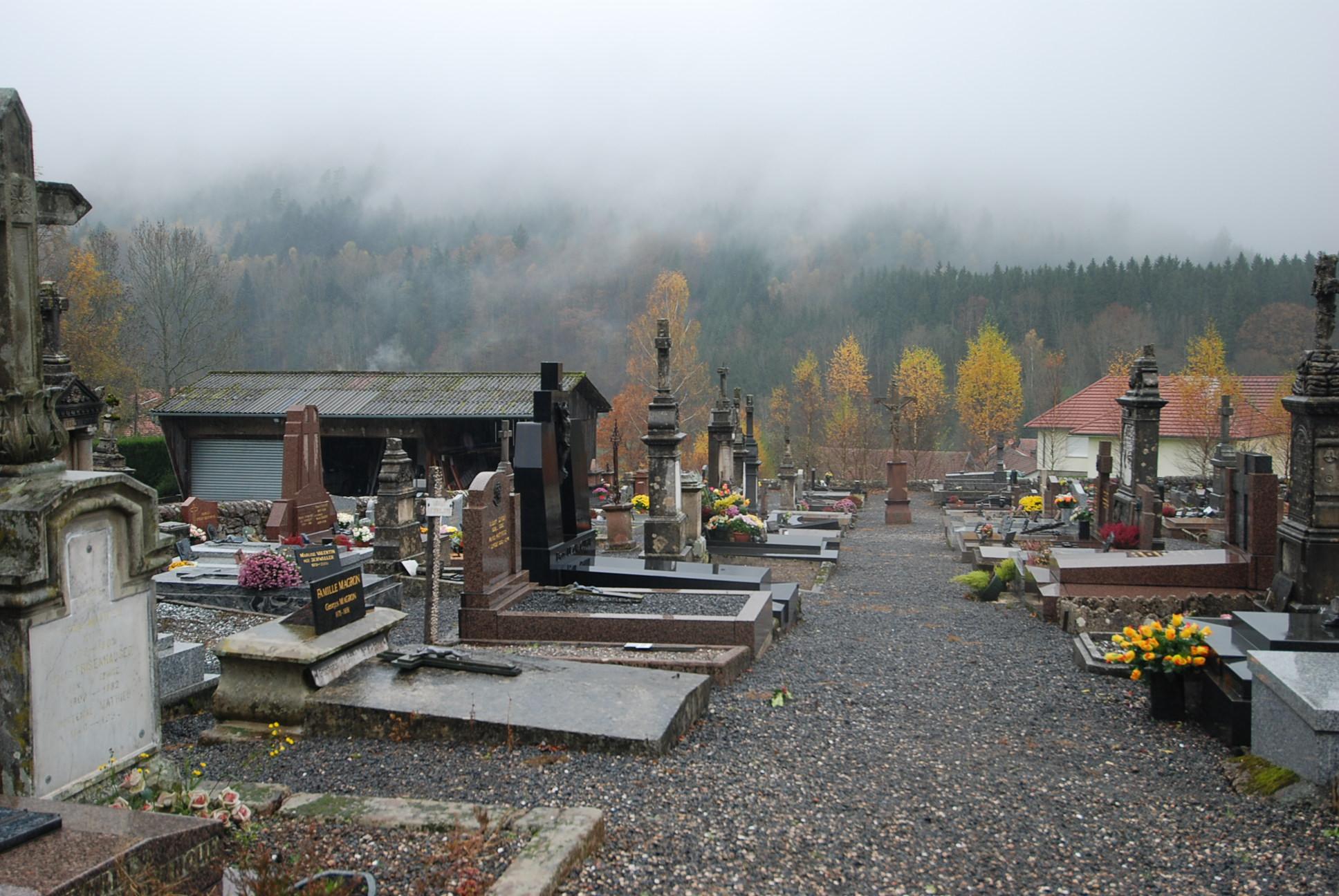 cimetière de raon-sur-plaine dans le brouillard